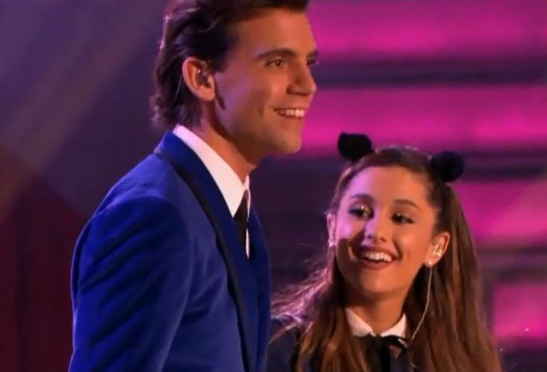 Ariana Grande y Mika interpretan Popular Song en The Tonight Show con Jay Leno