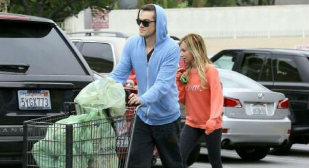 Ashley Tisdale con su novio Christopher French ¡de shopping!