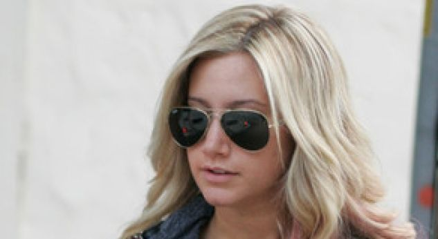 Ashley Tisdale se puso mechas de color rosa