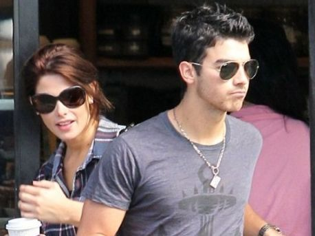 Joe Jonas y Ashley Greene por poco y se ven