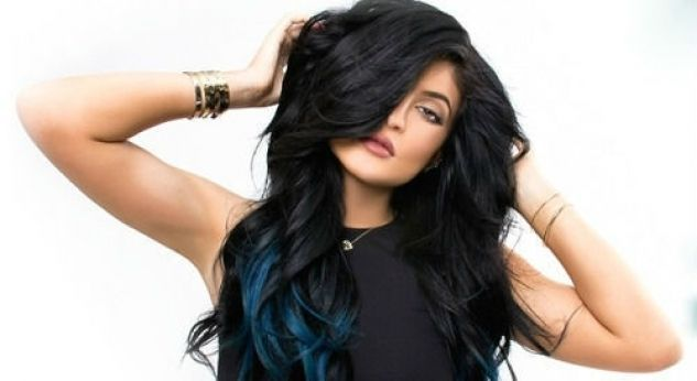 Kylie Jenner se ve superchic con extensiones