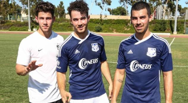 Los Jonas Brothers ¡juegan a favor de Change For The Children!
