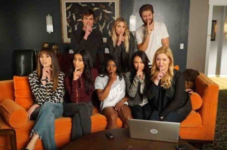 Simone Biles visitó el set de Pretty Little Liars